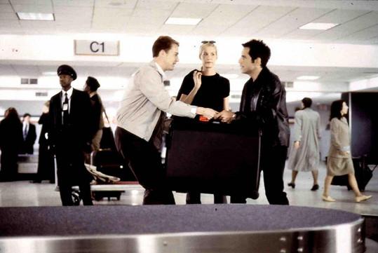Jenna Elfman s Edwardem Nortonem a Benem Stillerem (vpravo) ve filmu Rabín, kněz a krásná blondýna