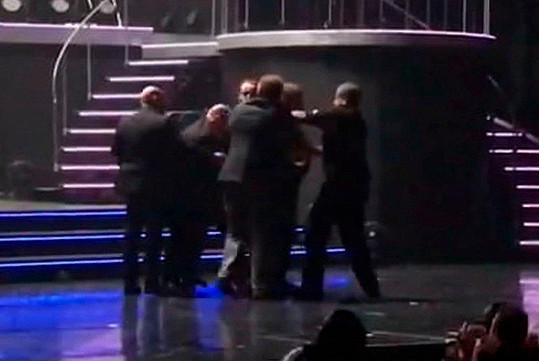 Výtržník se ale nechtěl snadno vzdát! Pět bodyguardů s ním mělo co dělat.