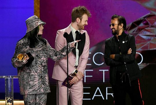 Ringo Starr předal cenu za Nahrávku roku Billie Eilish a jejímu bratrovi Finneasovi.