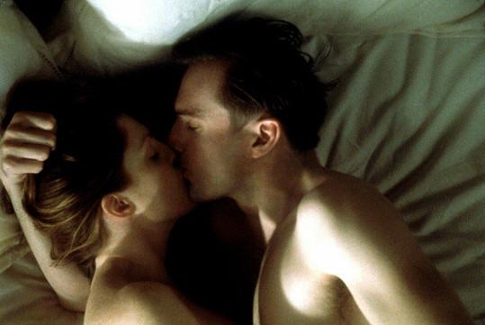 Julianne Moore a Ralph Fiennes ve filmu Hranice lásky