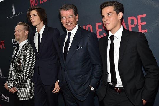 Pierce se syny Paridem (vpravo), Dylanem (vlevo) a Seanem (úplně vlevo).
