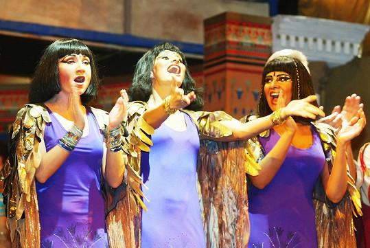 Bára Basiková, Monika Absolonová a Ilona Csáková jako hvězdy muzikálu Kleopatra, který měl premiéru v únoru roku 2002.