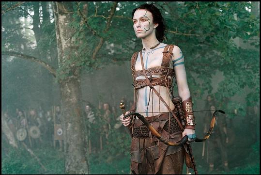 Ve filmu Král Artuš příliš ženského půvabu nepředvedla.