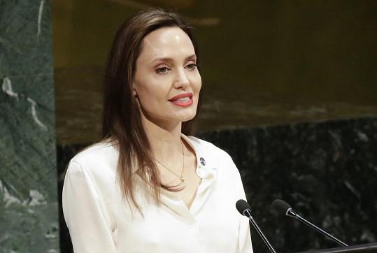 Angelina Jolie má vrozené dispozice k rakovině, nemoc jí vzala matku i babičku.
