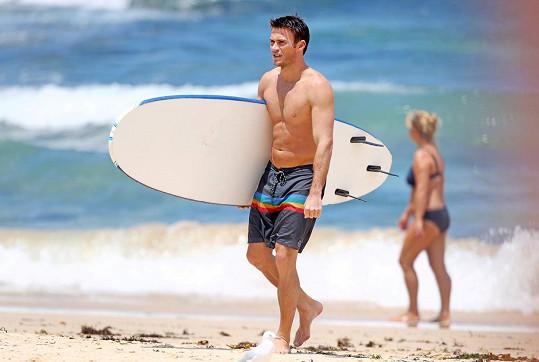 Scott Eastwood si užívá dovolenou na australské pláži.