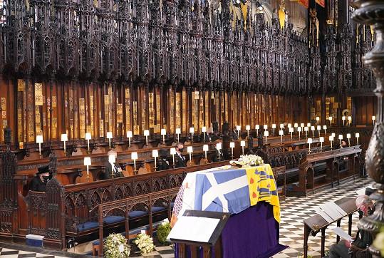 Zádušní mše za prince Philipa. Královna seděla sama, ostatní s rozestupy. I pohřeb prince Philipa svázala koronavirová opatření.