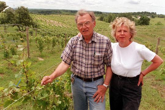 Archivní snímek, Silvio a Joan Ciccone na rodinné vinici