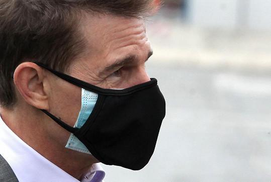 Pokud nemá respirátor, nosí herec dvě roušky.