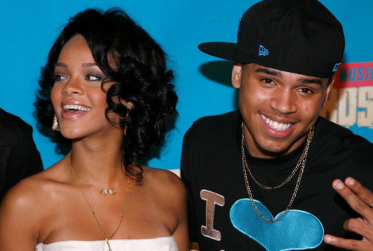 Brown se nechvalně proslavil zmlácením zpěvačky Rihanny, své tehdejší přítelkyně.