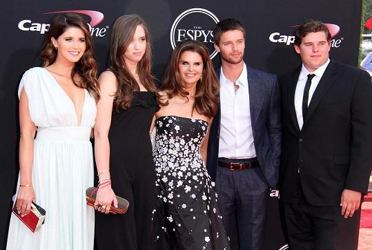 S matkou Marií Shriver, sestrami Katherine (vlevo), Christinou a bratrem Patrickem