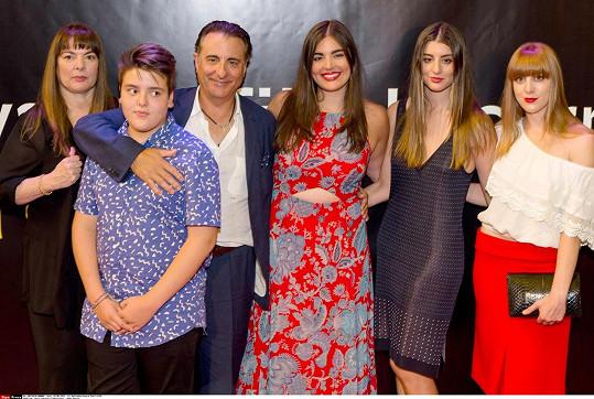 Andy Garcia s celou svou početnou rodinou...