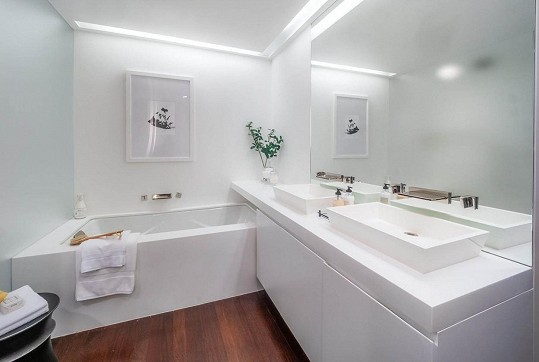 I koupelna je v bílé a ani zde nechybí umění.
