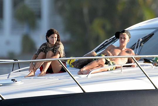 Justin vzal Alexandru na svou jachtu.