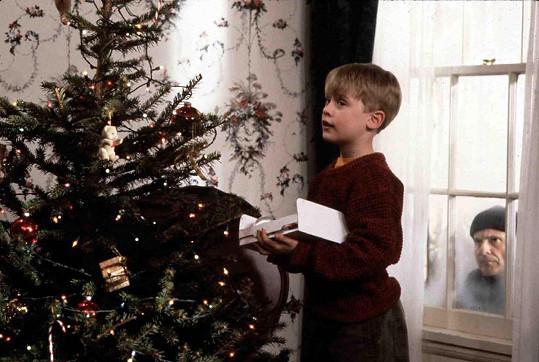 Macaulay Culkin a Joe Pesci jako Kevin McCallister a zloděj Harry ve filmu Sám doma
