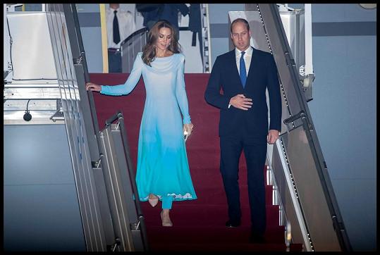 Z letadla Kate vystoupila v šatech od Catherine Walker.