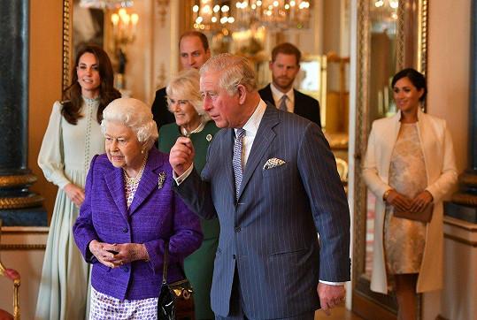 Královna Alžběta II. uspořádala v Buckinghamském paláci oslavu pro syna Charlese.