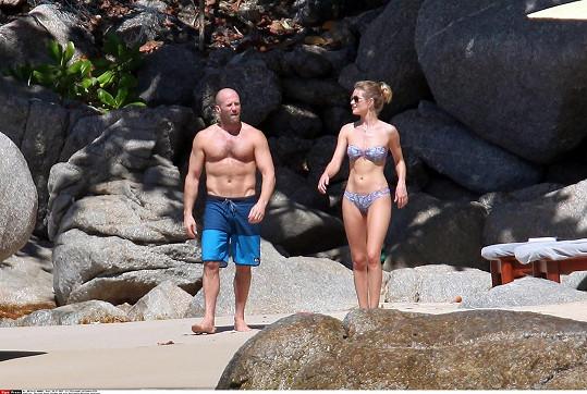 Jason a Rosie ukázali dokonalá těla v plavkách.