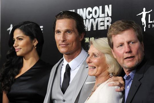 V roce 2011 s maminkou, bratrem Matthewem a jeho ženou Camillou