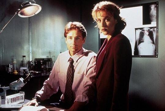 Gillian Anderson skrývala těhotenství, dokud to šlo, poté si dala pauzu od natáčení Akt X. Její postavu ve druhé sérii unesli mimozemšťani.