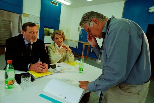 Daniela Kolářová si zahrála v Nemocnici na kraji města i jejím pokračování Kateřinu Sovovou. Na snímku s Ladislavem Frejem a Hynkem Bočanem
