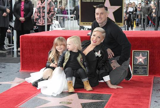 S manželem Careym Hartem a dětmi