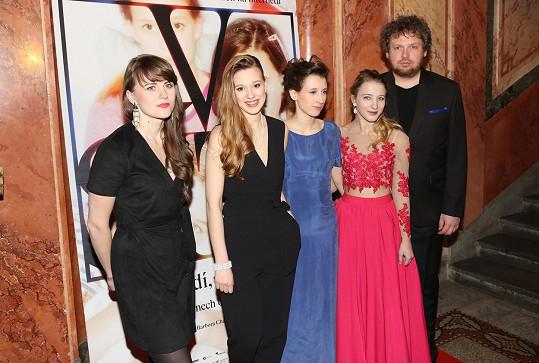 Spoluautorkou dokumentu V síti je Barbora Chalupová (první zleva). Na premiéře nechyběly ani hlavní hrdinky: zleva Tereza Těžká, Anežka Pithartová a Sabina Dlouhá.