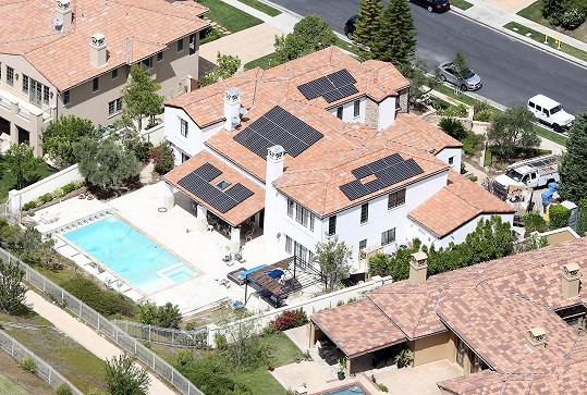 Za nemovitost s bazénem na luxusní adrese Kylie zaplatila v přepočtu téměř 65 miliónů korun, další milióny padly na rekonstrukci.