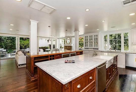 Ostrůvky v kuchyni mají horní desku z mramoru.