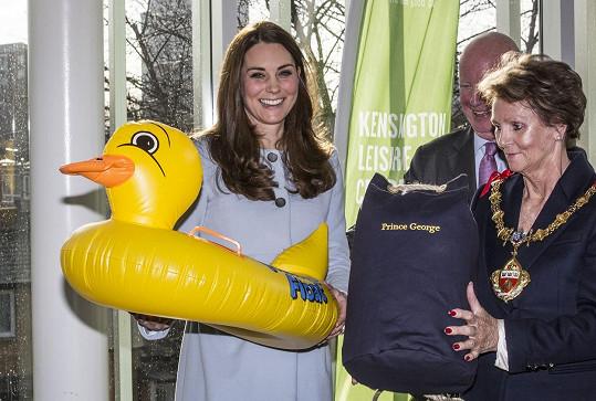Vévodkyně pobaveně přijala originální dárek.