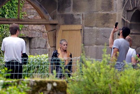 Kristen měla na focení pro Chanel na nahém těle koženou bundu. S jejím novým sestřihem je tu záruka toho, že snímky budou řádně sexy.