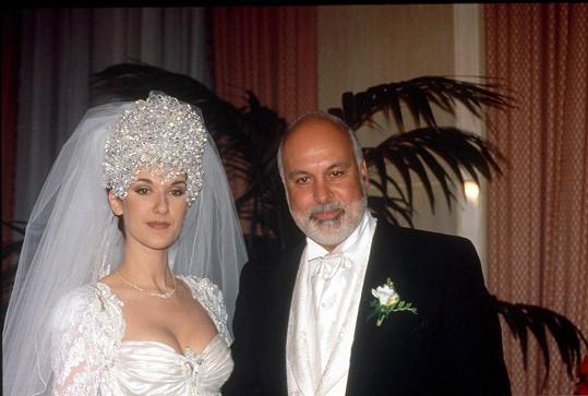 Svatební snímek s dnes již zesnulým manželem Reném Angélilem. Věkový rozdíl byl 26 let.