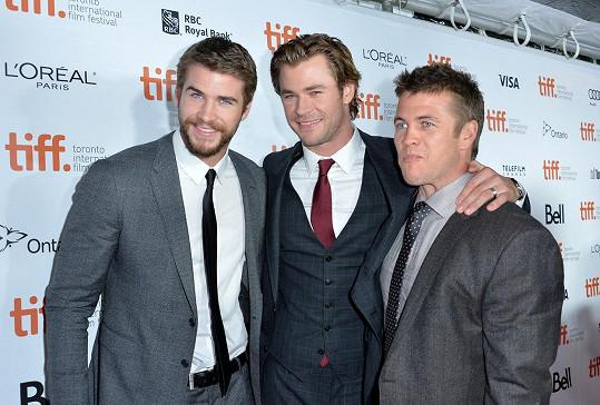 Chris (uprostřed) s bratry Liamem a Lukem (vpravo)