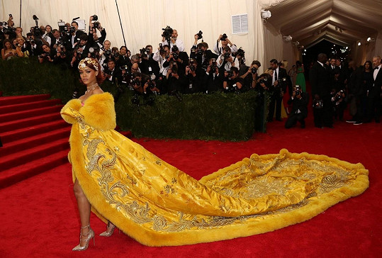 Vždycky si můžeme být jistí, že tohle děvče na sebe hlasitě upozorní. Tentokrát se Rihanna vyzbrojila poměrně těžkým kalibrem v podobě komplikované róby od čínského coutiera jménem Guo Pei. Složitě vyšívaný a kožešinou lemovaný kabát působil na známém kamenném schodišti muzea velmi efektně.