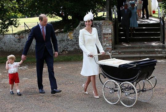 Kate s manželem Williamem a synem Georgem míří na křtiny princezny Charlotte (2015)