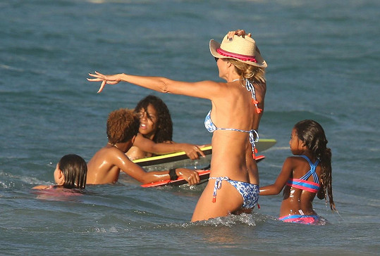 V Karibiku dováděla v moři se svými dětmi.
