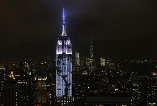 Módní magazín Harper´s Bazaar slaví 150 let od prvního vydání mimo jiné projekcí ikonických fotek na Empire State Building.
