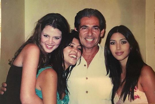Zleva: Khloé, Kourtney, otec Robert a Kim Kardashianovi.