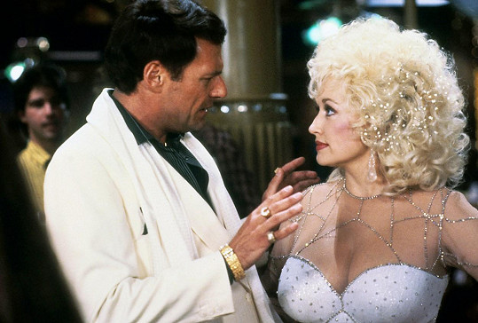 Ve filmu Kočičí zlato si zahrál po boku Dolly Parton.