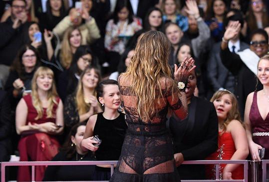 Krajka je jejím oblíbeným materiálem. Na Grammy jí to v ní neuvěřitelně slušelo.