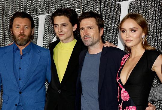 Vedle svého přítele Timohteeho Chalameta (druhý zleva) nestála ani když se fotili s režisérem Davidem Michodem (vlevo od herečky) a hercem Joelem Edgertonem.