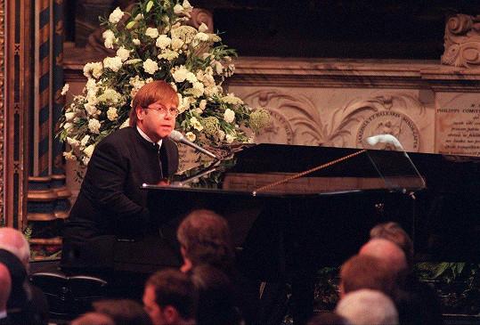 Elton John v roce 1997 zazpíval na pohřbu princezny Diany.