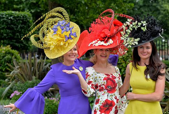 K čím vyšší společenské smetánce dámy patří, tím extravagantnější klobouky obvykle mívají.