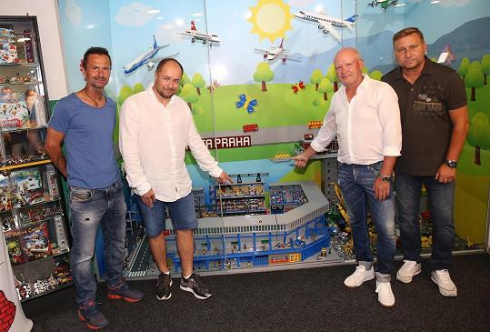 S kamarády, fotbalisty Jiřím Novotným (první zleva) a Horstem Sieglem (první zprava) slavnostně odhalili unikátní model stadionu Sparty, který postavil sběratel Miloš Křeček.