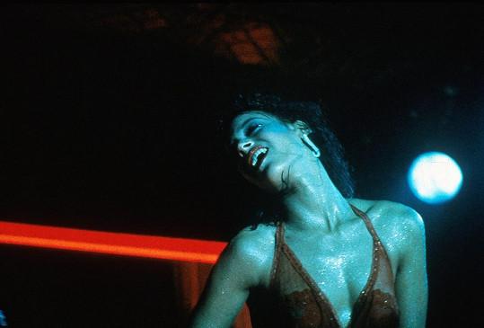 Legendární film Flashdance s Jennifer Beals v hlavní roli pojednává o striptérce, která se touží stát baletkou.