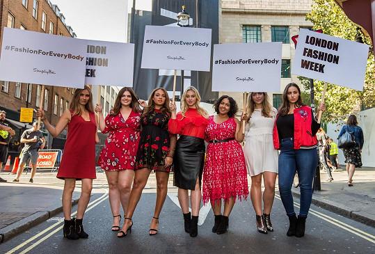 Iskra (uprostřed) s Kelly Knox, Lucindou Warby, Lauren May, Gabi Gregg, Lucy Bennet a Jadou Sezer propagovaly módu pro všechny ženy na londýnském týdnu módy.