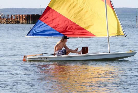 Paul vyplul na moře na plachetničce Sunfish.
