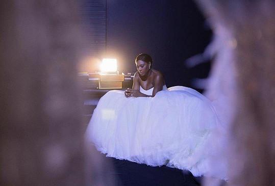 Na svatebních šatech se nešetřilo.