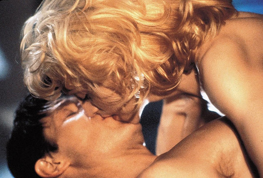 Dafoe si s Madonnou užil erotické scény ve filmu Tělo jako důkaz (1993).