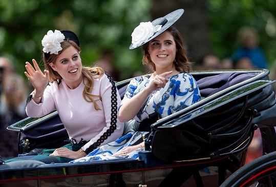 Princezny z Yorku Eugenie (vpravo) a Beatrice ladily bílou květinou.