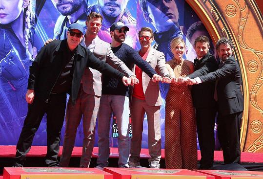 Kevin Feige, Chris Hemsworth, Chris Evans, Robert Downey Jr., Scarlett Johansson, Jeremy Renner a Mark Ruffalo (zleva)